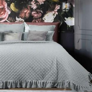 Sivý prehoz na posteľ s ozdobnými volánmi a striebornou aplikáciou