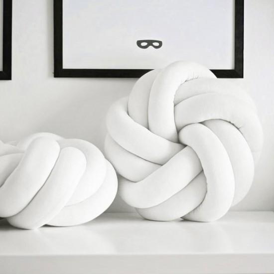 Uzlový biely vankúšik v tvare ruže