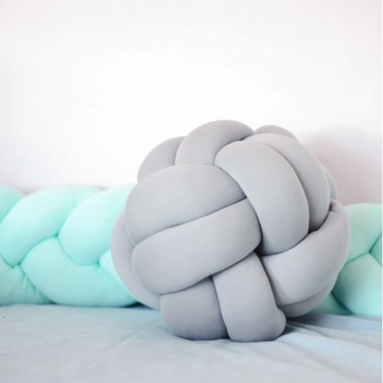 Pletený bavlnený sivý vankúšik v tvare loptičky
