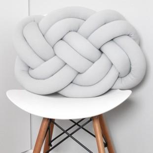 Sivý pletený vankúšik na sedenie
